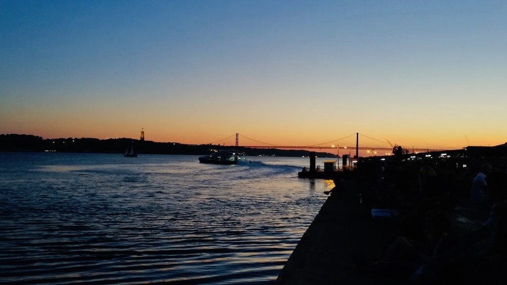 visiter lisbonne en octobre couche de soleil