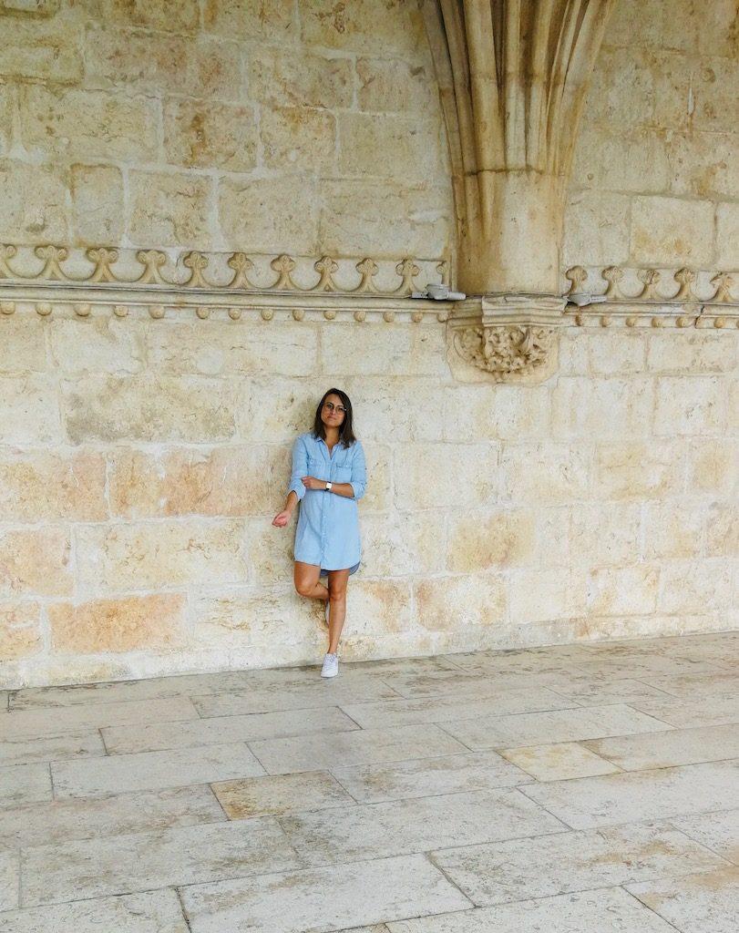 posé devant les belles pierres du monastère de belèm