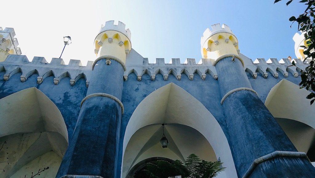 facade bleue du palais de pena a sintra