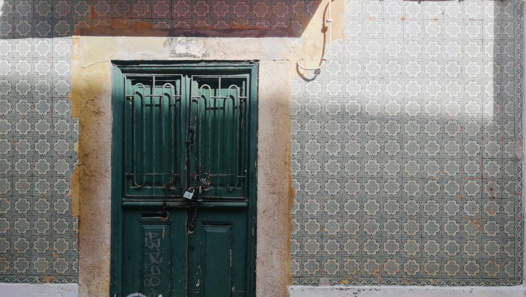 porte et azulejos a cascais portugal