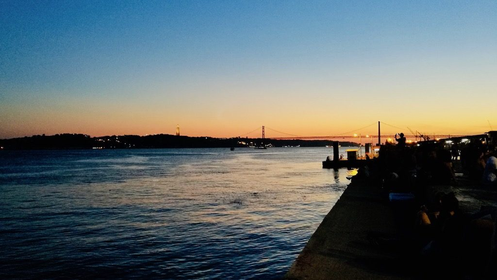 vue tage couché de soleil pont du 25 avril et christ