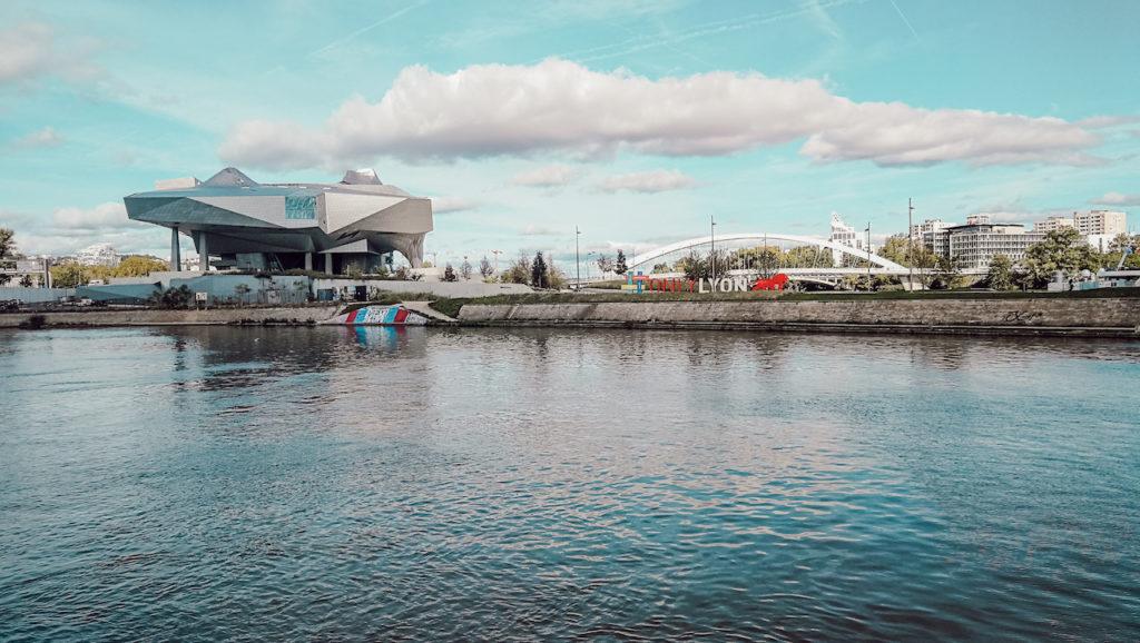 musée des confluences à lyon, vue depuis le bateau de croisière le hermes 2